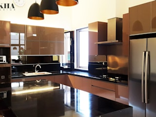Kitchen Set & Island:  Dapur built in by Likha Interior