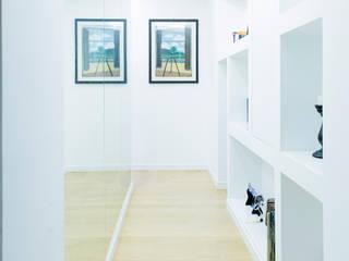 Il corridoio-galleria: Ingresso & Corridoio in stile  di VITAE DESIGN STUDIO