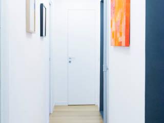 Il secondo corridoio: Ingresso & Corridoio in stile  di VITAE DESIGN STUDIO