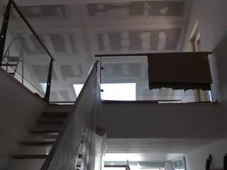 Renovação e ampliação de moradia, Azoia Sesimbra Corredores, halls e escadas minimalistas por PROJETARQ Minimalista