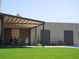 Balcone, Veranda & Terrazza in stile moderno di PERGOLA A.Ş. Moderno