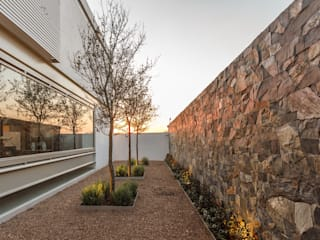 Giardino moderno di Loyola Arquitectos Moderno