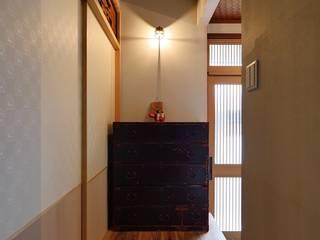 みゆう設計室 Коридор, прихожая и лестница в азиатском стиле