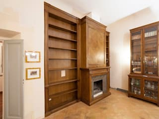 Boiserie Libreria con Camino Soggiorno classico di Falegnameria Grelli Danilo Classico