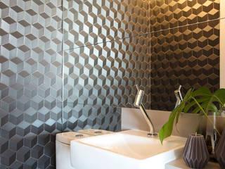 Revestimento 3D: Banheiros  por Semíramis Alice Arquitetura & Design