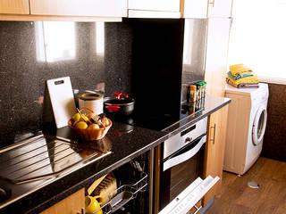 Apartamento Costa Nova: Cozinhas clássicas por Clover and Rose