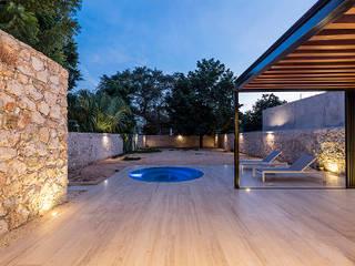 Vista a patio posterior: Jardines de estilo moderno por Alberto Zavala Arquitectos