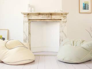 Interior design: Salon de style  par Sarah Kalman