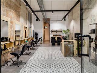 Salón peluquería : Espacios comerciales de estilo  de Triangle Studio