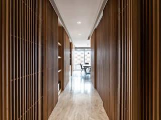 Modern Corridor, Hallway and Staircase by 青易國際設計 Modern