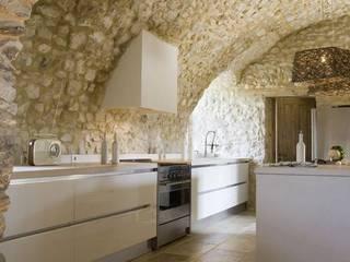 INTERNI TUFO PUGLIESE: Cucina attrezzata in stile  di new design house