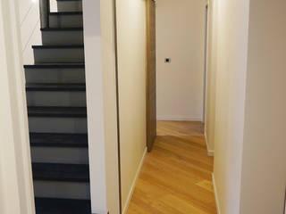Surélévation des combles Couloir, entrée, escaliers modernes par Optiréno Moderne
