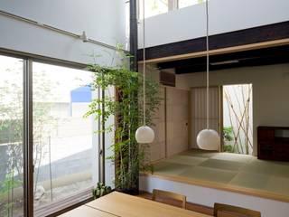 Столовая комната в стиле модерн от HAN環境・建築設計事務所 Модерн