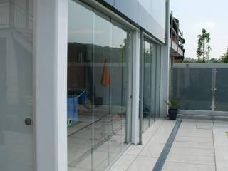 Terrassenverglasung mit Schiebetüren ohne Rahmen Schmidinger Wintergärten, Fenster & Verglasungen Moderner Balkon, Veranda & Terrasse Glas Transparent