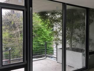 Verde en los balcones del 1er y 2do Piso: Jardines de estilo  por Vivero Antoniucci S.A.