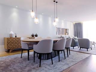 SALA DE JANTAR DE T3 EM BRAGA: MESA DE JANTAR E APARADOR: Salas de jantar  por TGV Interiores,Moderno