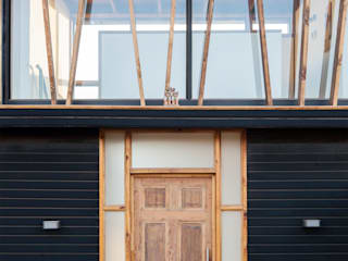 CASA HS: Puertas de madera de estilo  por arquiroots