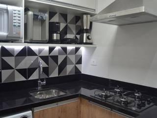 APARTAMENTO EM COPACABANA - RUA PRADO JUNIOR: Armários e bancadas de cozinha  por Maria Helena Torres Arquitetura e Design