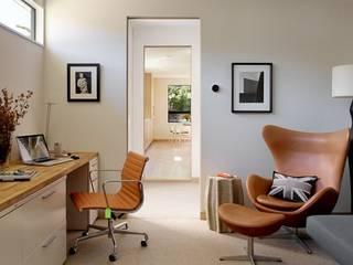 Mẫu bàn làm việc đẹp tại nhà: hiện đại  by Thương hiệu Nội Thất Hoàn Mỹ, Hiện đại