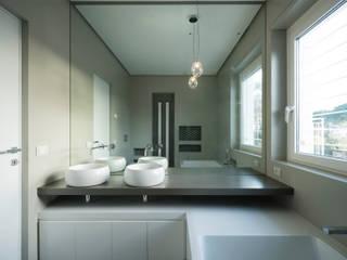 Villa Passiva a Casal Palocco Bagno moderno di Arabella Rocca Architettura e Design Moderno