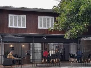 FACHADA CALLE PRAT: Casas de estilo  por arquiroots