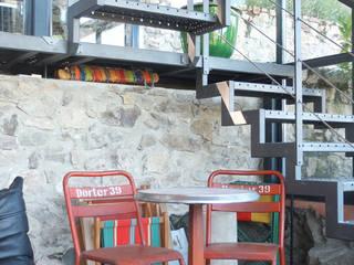 Une cadole en Beaujolais: Escalier de style  par Marion Guinet Architecte, Industriel