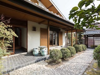 愛でる家: 山本嘉寛建蓄設計事務所 YYAAが手掛けた一戸建て住宅です。