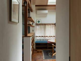 愛でる家: 山本嘉寛建蓄設計事務所 YYAAが手掛けたリビングです。