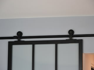 Détail porte coulissante: Salon de style de style Moderne par A comme Archi
