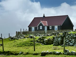 2 Bedroom Wee House in Uig, Isle of Lewis por The Wee House Company Clássico