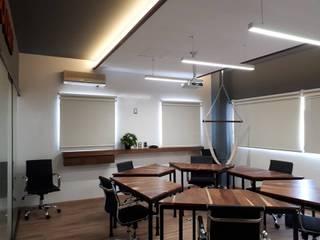 C1: Estudios y oficinas de estilo moderno por Kombo Creativo