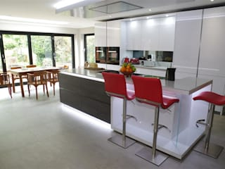 Stylish White Kitchen Modern kitchen by PTC Kitchens Modern
