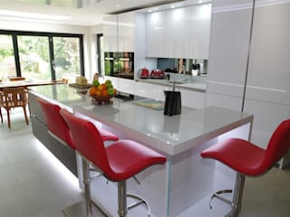 Stylish White Kitchen PTC Kitchens Cucina moderna