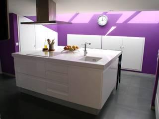 Un toque de color a tu cocina! de Visaespais, reformas y rehabilitaciones en Tarragona Moderno