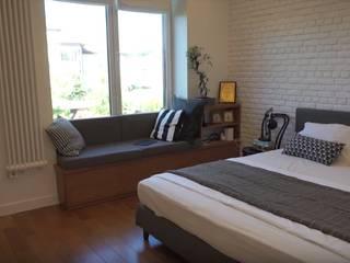 Лестница и спальня в доме в эко-стиле Спальня в скандинавском стиле от 'Комфорт Дизайн' Скандинавский