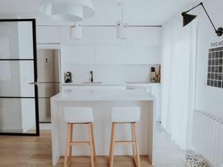 Cocina con isla central y diseño escandinavo: Cocinas de estilo  de Comodoos Interiores