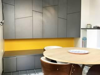 Extension compacte pour un espace repas ouvert sur le jardin: Salle à manger de style de style Moderne par 3B Architecture