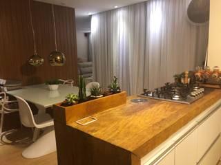 Cozinha Integrada - Madeira de demolição:   por Alline Távora Arquitetura
