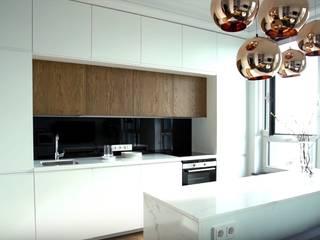 Светлая уютная гостиная в стиле хай-тек с элементами скандинавии Гостиная в скандинавском стиле от 'Комфорт Дизайн' Скандинавский