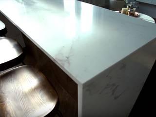 Светлая уютная кухня в стиле хай-тек с элементами скандинавии Кухня в скандинавском стиле от 'Комфорт Дизайн' Скандинавский