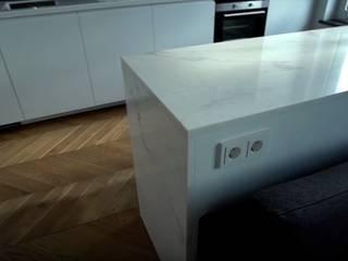 Светлая уютная кухня в стиле хай-тек с элементами скандинавии от 'Комфорт Дизайн' Скандинавский Дерево Эффект древесины