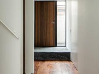 Pasillos, vestíbulos y escaleras de estilo minimalista de 石川淳建築設計事務所 Minimalista