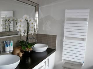 Modern kitchen and bathroom re-design:  Bathroom by Belle & Cosy Interior Design