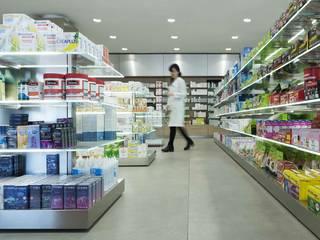 Farmacia Le Rughe Spazi commerciali moderni di Arabella Rocca Architettura e Design Moderno