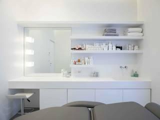 Centro Estetico Le Rughe Negozi & Locali commerciali in stile minimalista di Arabella Rocca Architettura e Design Minimalista