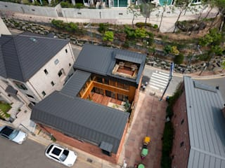 운중동 주택 (Introverted house): 건축사사무소 ids의  목조 주택