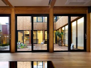 운중동 주택 (Introverted house) 아시아스타일 거실 by 건축사사무소 ids 한옥