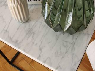 Mesa auxiliar de mármol de Carrara:  de estilo  de Dimeic