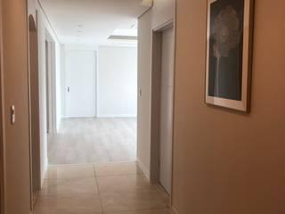 Couloir, entrée, escaliers modernes par 아임커뮤니케이션즈 Moderne