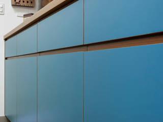 Reforma de apartamento - cozinha azul por Estudio Piloti Arquitetura Minimalista